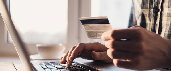 low-res_people_creditcard-sans